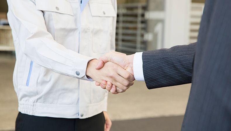握手をしている人たち